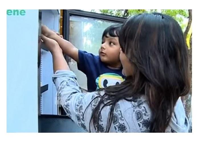 Холодильник с едой на улице для бездомных