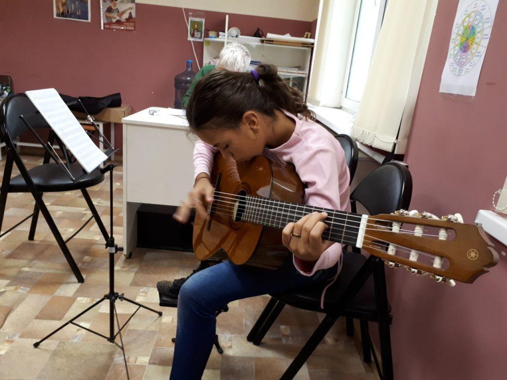 Учимся играть на гитаре, скоро будем петь у костра 🎸🔥